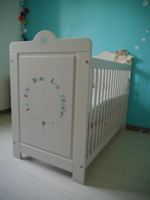 Lit de b b et pochoir fait maison atelier de la libellule lunettes for Pochoir pour chambre bebe